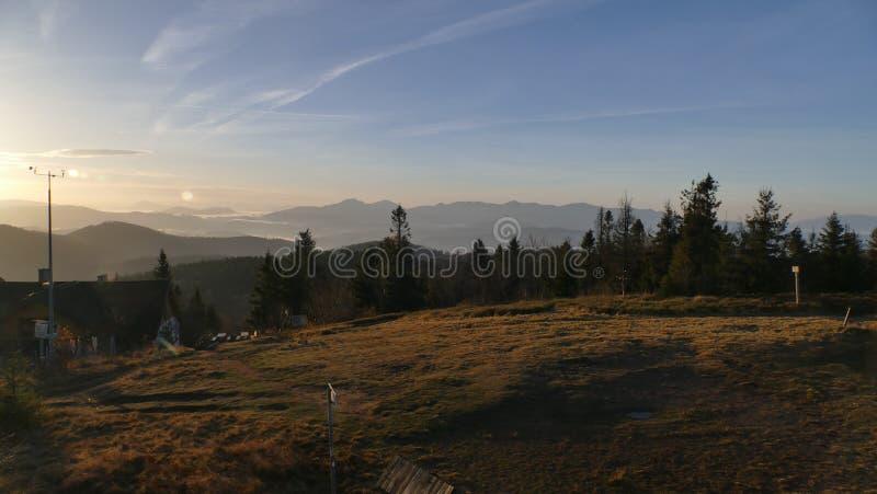Bergpanorama efter soluppgång höst tidigt Sikt uppifrån av Velka Raca Polen royaltyfri bild