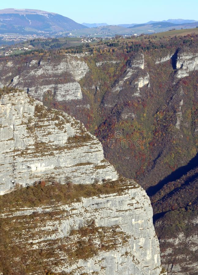 Bergpanorama i höst med en klippa i nordliga Italien royaltyfria foton