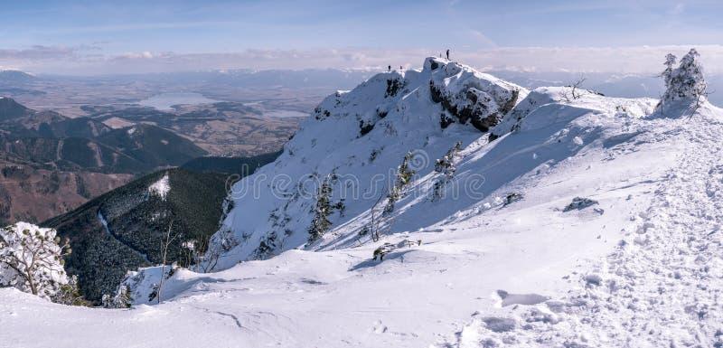 Bergpanorama med bergsbestigare, i vinter arkivfoton