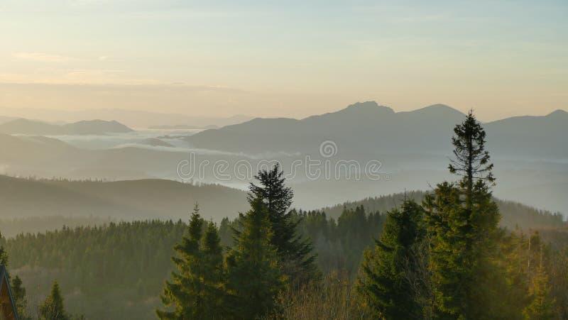Bergpanorama nach Sonnenaufgang Früher Herbst Ansicht von der Spitze Velka Raca Polen stockfotografie