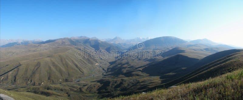 Bergpanorama som skjutas i solsken arkivbild