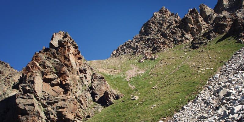 Bergpasserande i Uzunkol, Kaukasus berg, Karachay-Cherkessia arkivbild