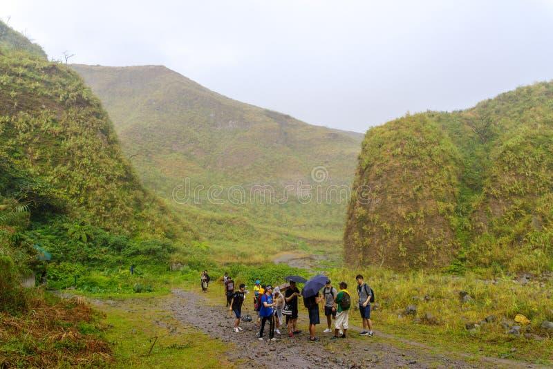 BergPinatubo krater sjö som trekking arkivbilder