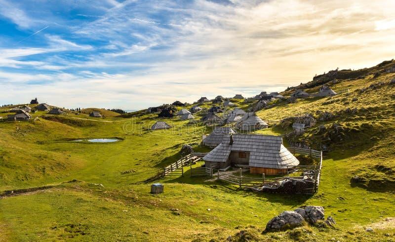 Bergplattelandshuisje op idyllische heuvel Velika Planina royalty-vrije stock foto