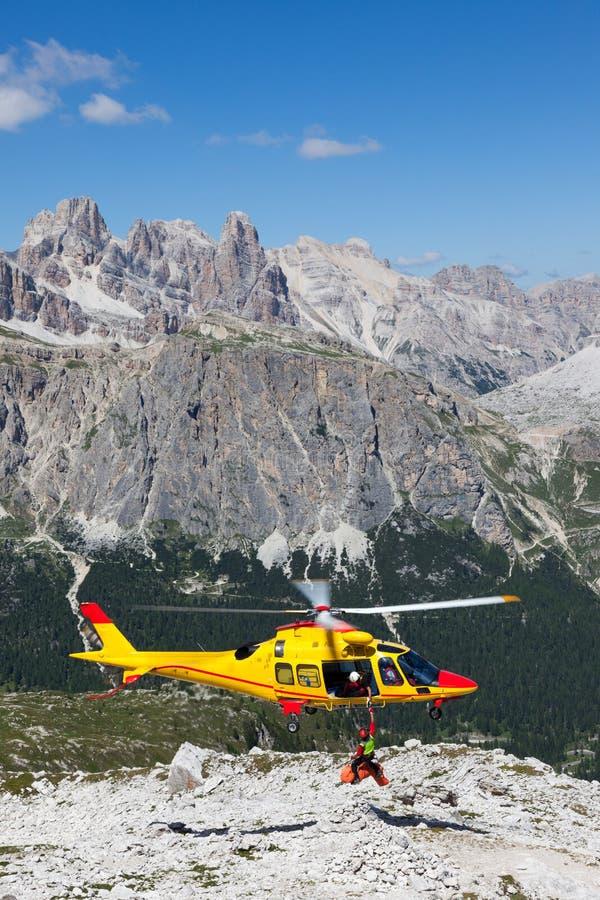 Bergräddningsaktion med en helikopter i fjällängarna. royaltyfri fotografi