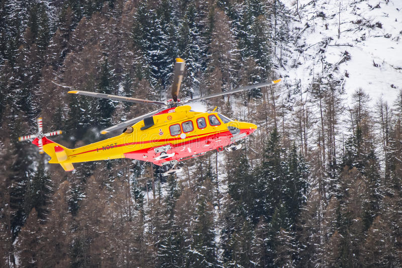 Bergräddningsaktionhelikopter arkivfoton