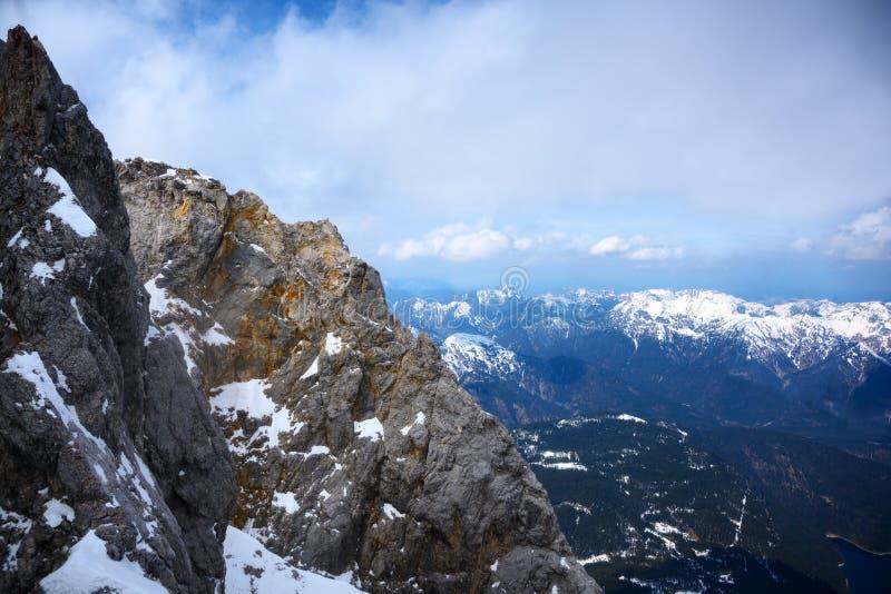 Bergrand in de Beierse Alpen onder een bewolkte hemel, Duitsland, Oostenrijk, exemplaarruimte royalty-vrije stock foto's