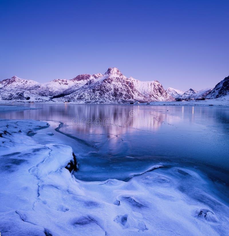Bergrand en bezinning over de meeroppervlakte Natuurlijk landschap op de Lofoten-eilanden, Noorwegen royalty-vrije stock fotografie