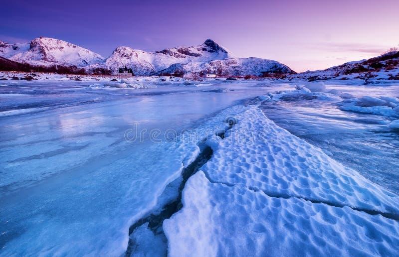Bergrand en bezinning over de meeroppervlakte Natuurlijk landschap op de Lofoten-eilanden, Noorwegen stock foto's
