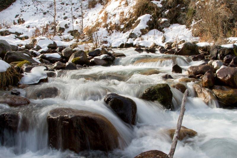 Bergrivier in de winter stock foto