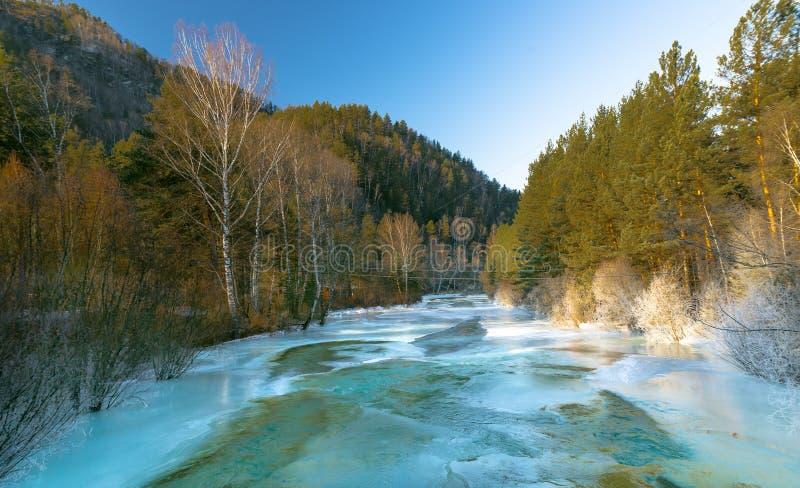 Bergrivier in de winter stock fotografie