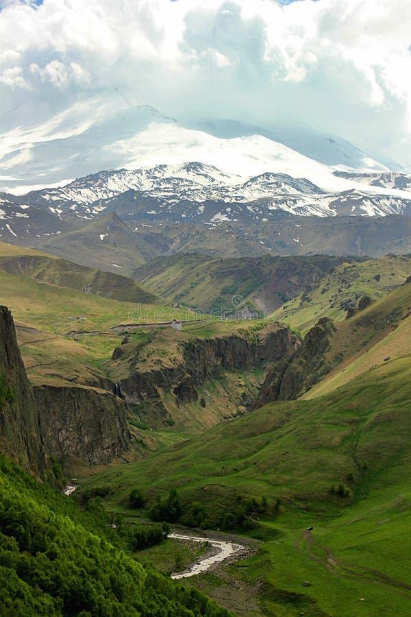 Bergrivier Malka bij de voet van Elbrus stock foto's