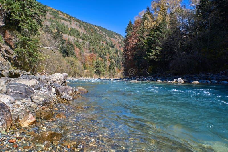 Bergrivier met spleten en groen water De Rivier van Bolshoyzelenchuk stock foto