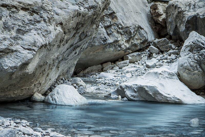 Bergrivier onder keien Het rivierbed in de canion stock foto