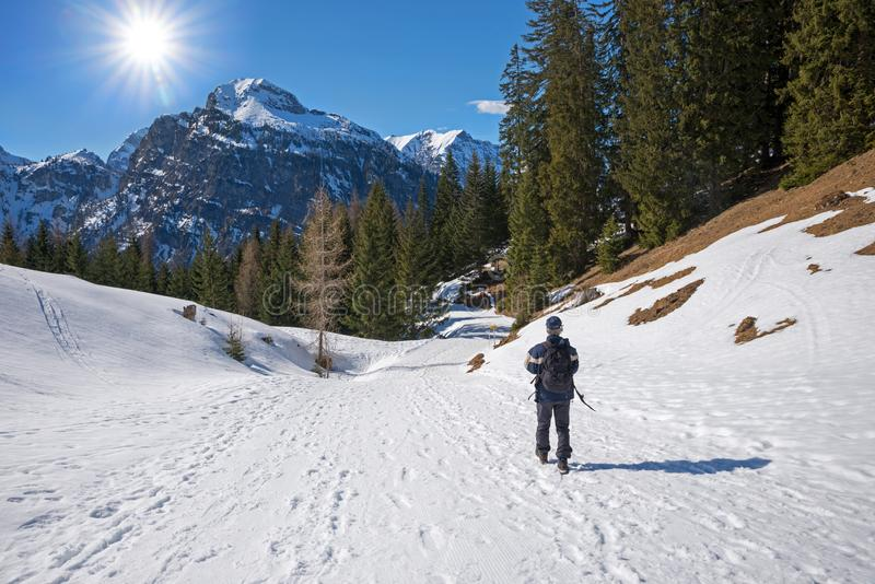 Bergsbestigare på den fotvandra slingan för vinter, tirolean landskap Österrike arkivbild