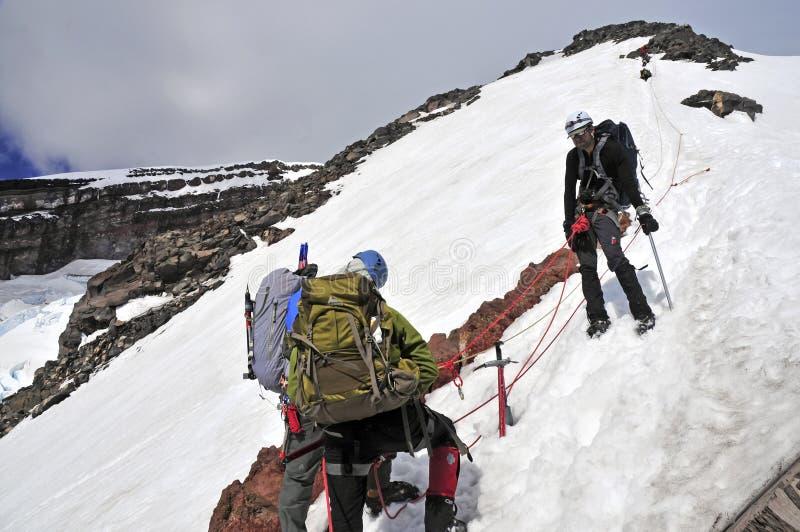 Bergsbestigare som är höga på Mount Rainier, Washington fotografering för bildbyråer
