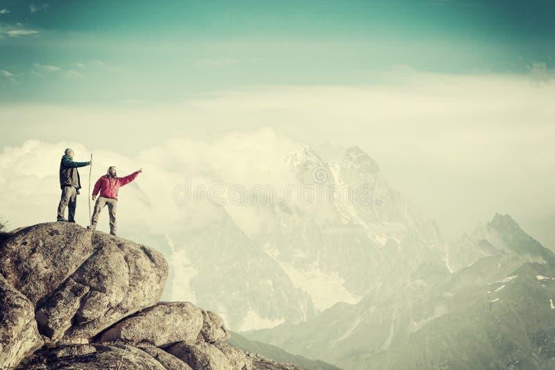 Bergsbestigare vaggar p? att tycka om sikt av berg royaltyfria foton