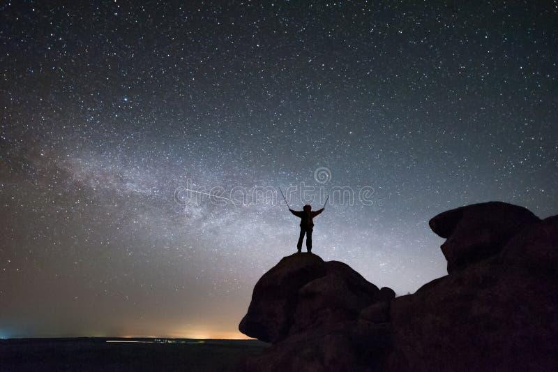 Bergsbestigaresikt av natthimmel med stjärnor arkivfoto