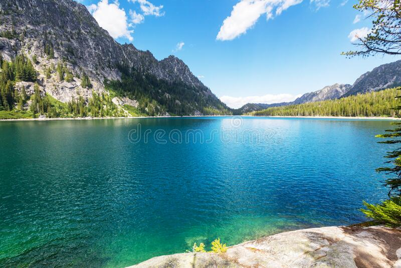 Bergsee lizenzfreie stockfotos