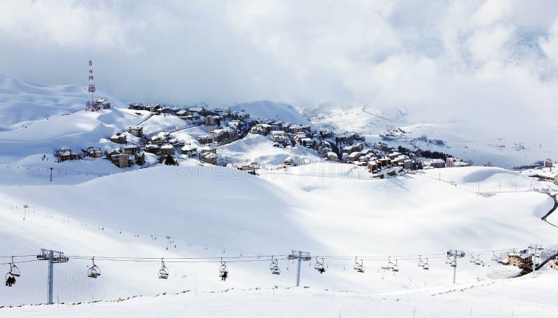 bergsemesterorten skidar vinter arkivbild