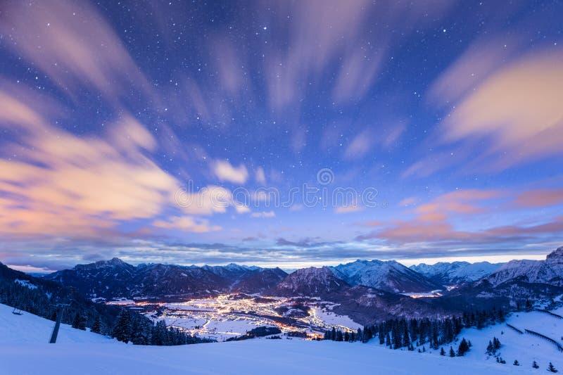 Bergsikt över den upplysta dalen royaltyfri foto