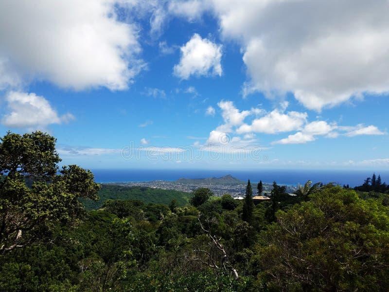 Bergsikt av diamanthuvudet och staden av Honolulu på den Oahu nollan arkivbild