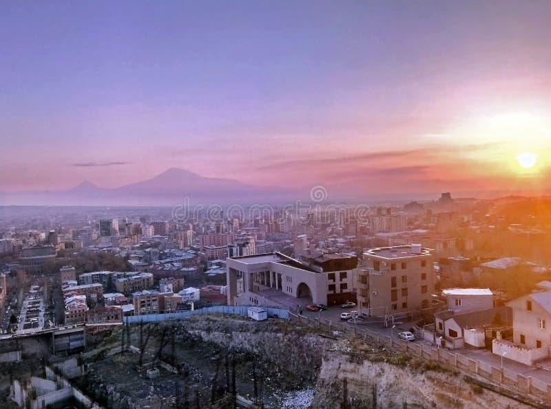 Bergsikt för stadskullar royaltyfria foton