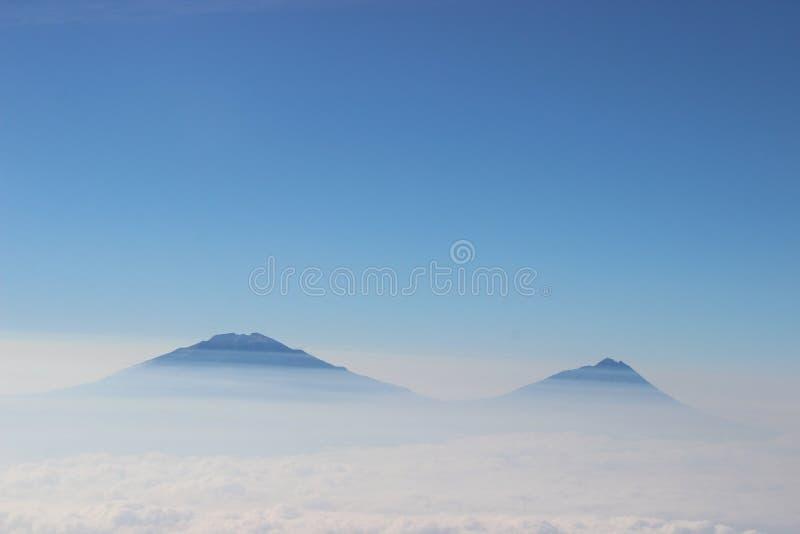bergsikt från ovanför molnen royaltyfri fotografi
