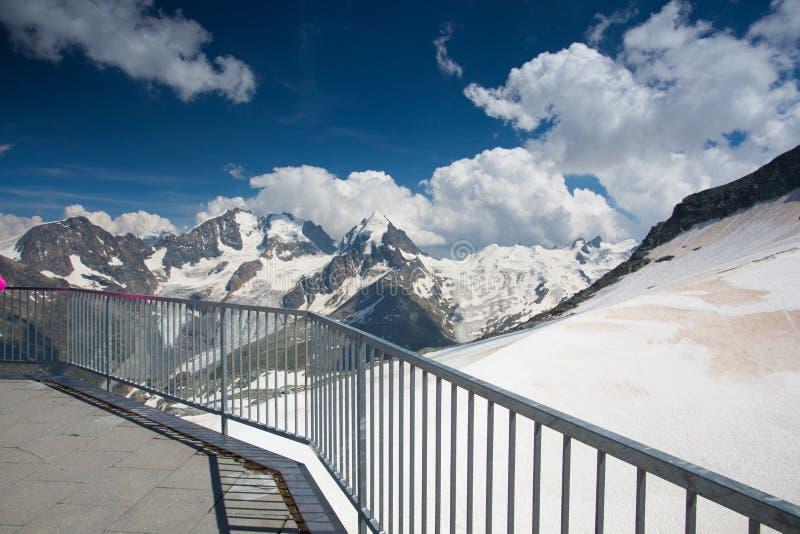 Bergsikt från Piz Corvatsch, Schweiz royaltyfri bild