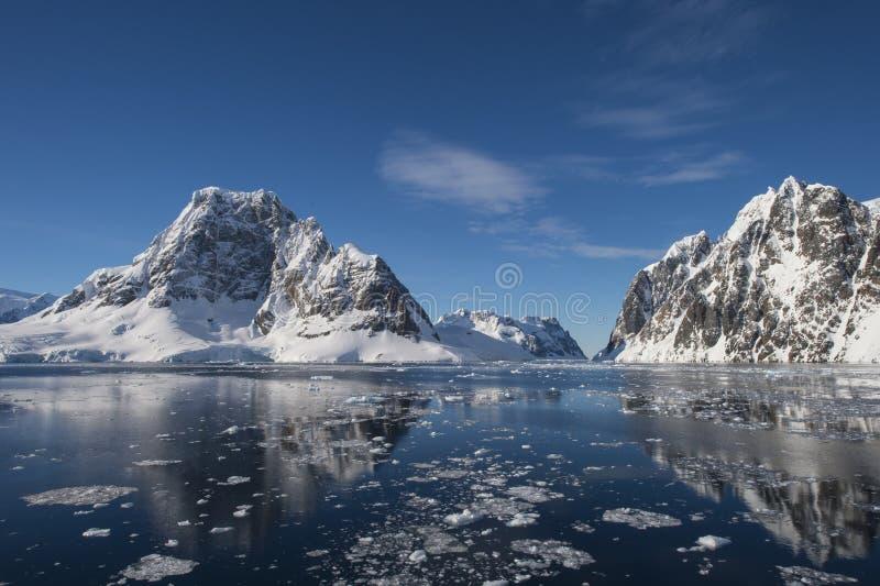 Bergsikt i Antarktis royaltyfria foton