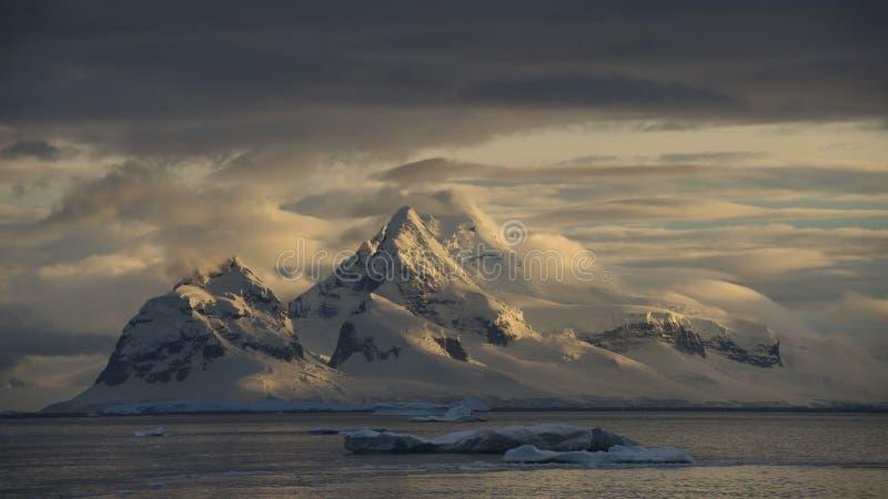 Bergsikt i Antarktis royaltyfria bilder