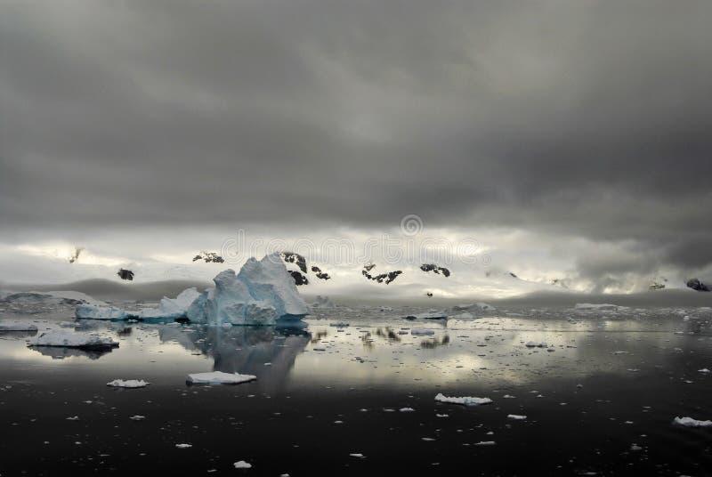 Bergsikt i Antarktis arkivbilder