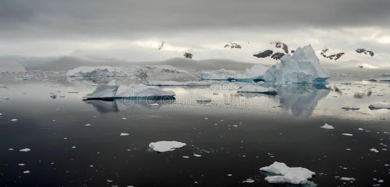 Bergsikt i Antarktis royaltyfri foto