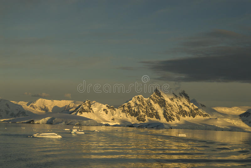 Bergsikt i Antarktis arkivbild