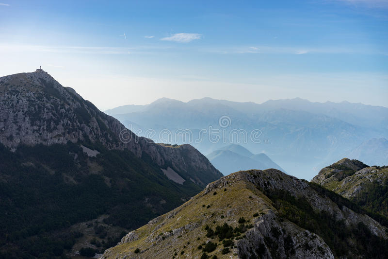 Bergsikt i den Lovcen nationalparken, Montenegro arkivfoton