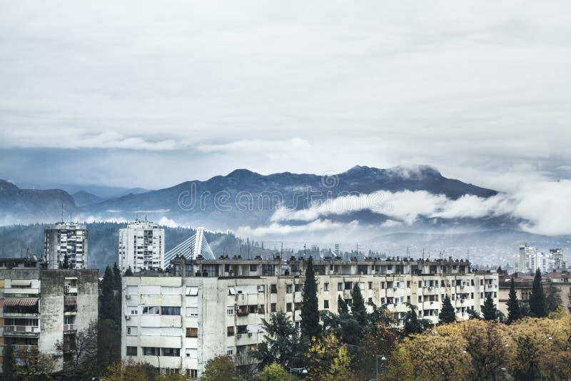 Bergsikt Podgorica royaltyfri bild