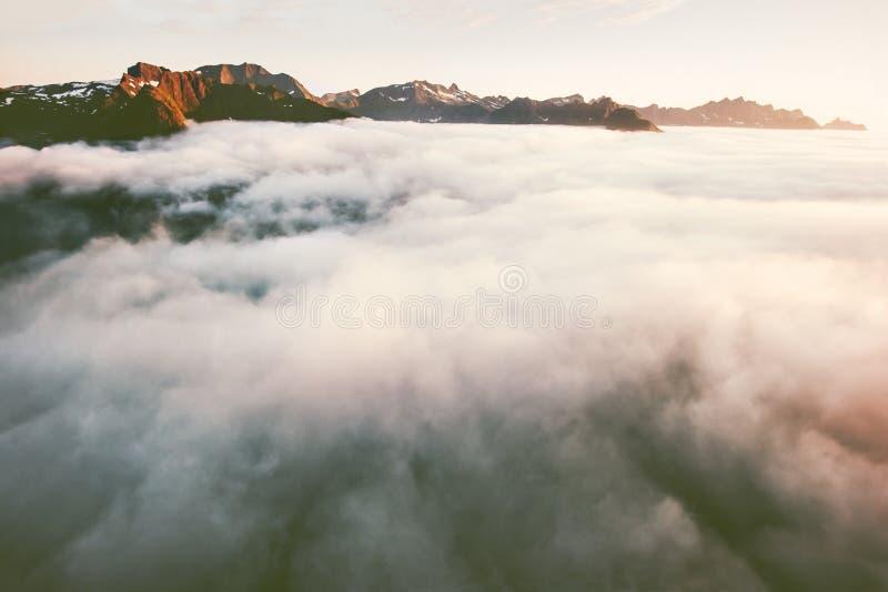 Bergsikten ovanför molnlandskapsolnedgång vaggar royaltyfri bild