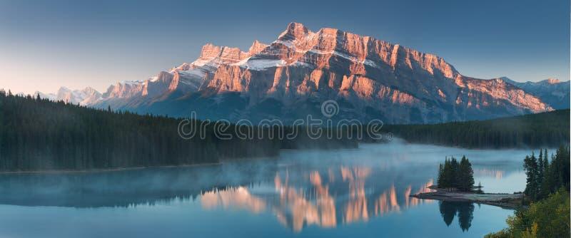 Bergsikterna, n?r du ?r itu den Jack Lake t?ltplatsen av den Banff nationalparken i Alberta, Kanada royaltyfria bilder