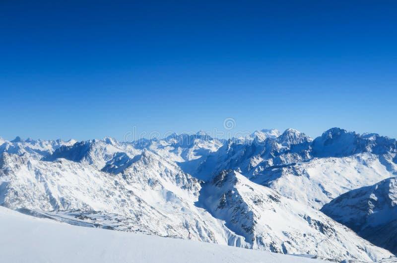 Bergskedja av Caucasian berg i den blåa himlen region su f?r berg f?r lake f?r klyfta f?r adyrcaucasus elbrus royaltyfria foton