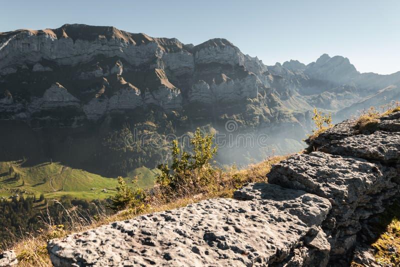 Bergskedja av den Alpstein bergmassiven i aftondimman arkivbilder