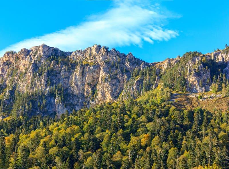 Bergskedja av stenhavet, berg Nagoy - Kosh höjd 2090 meter ovannämnd havsnivå royaltyfri fotografi