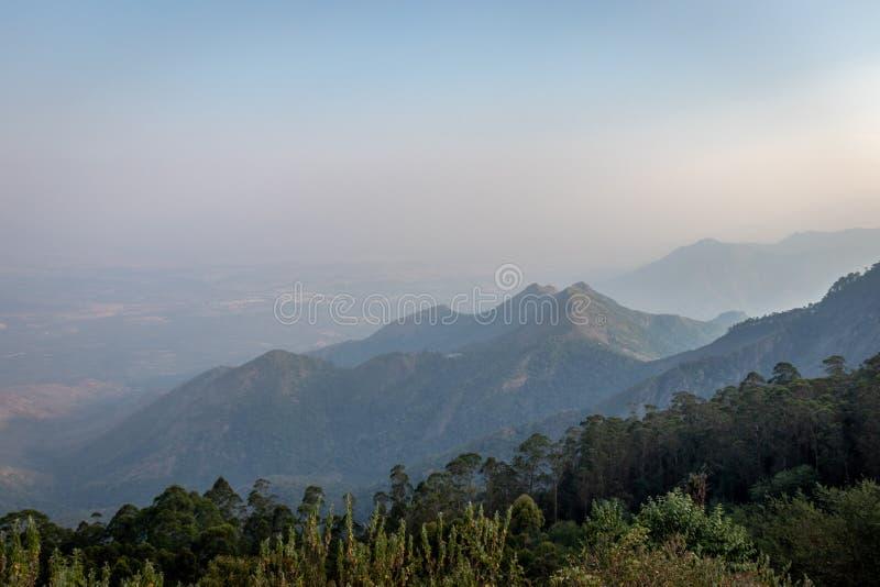 Bergskedja i horisonten för blå himmel arkivbild