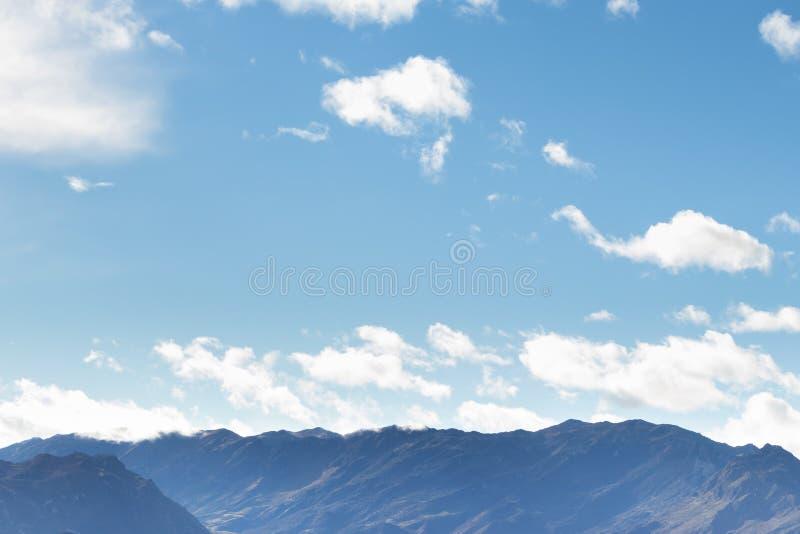 Bergskedja i klart väder, i att kontrastera regnmoln för regnet royaltyfria bilder