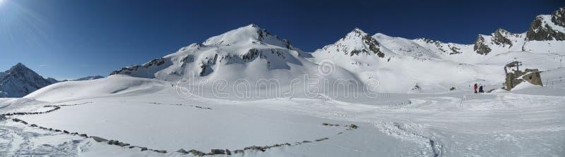 Bergskedja i vinter arkivfoto