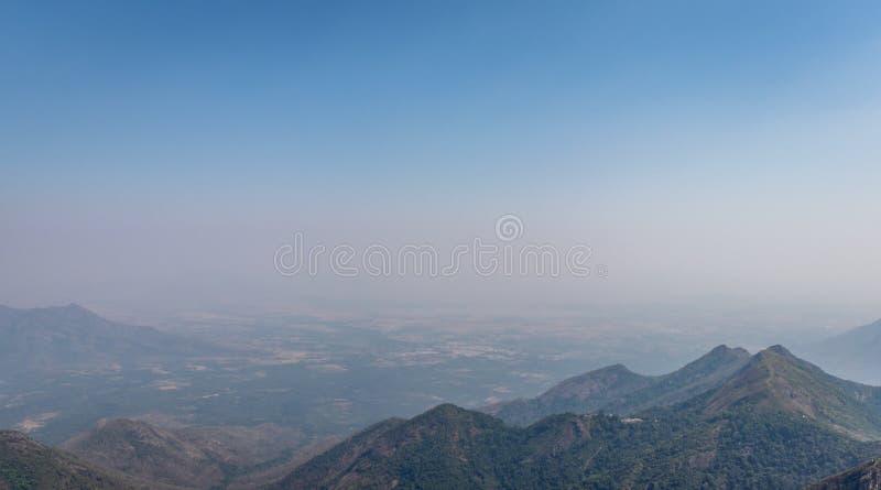 Bergskedja med horisonten för blå himmel arkivfoton