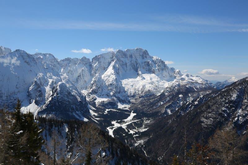 Bergskedja med insnöade nordliga Italien i vinter royaltyfri bild