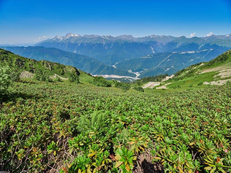 Bergskedja och dal med bostads- hus, sikt från en höjd arkivbild