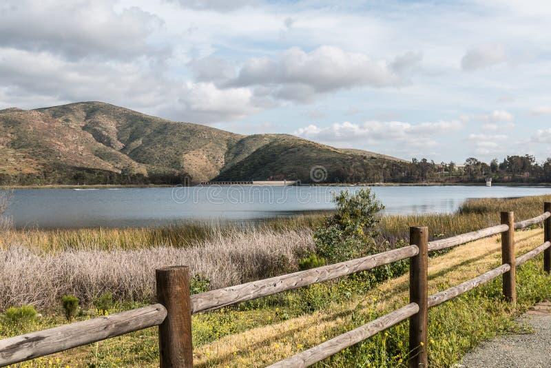 Bergskedja, sjö och staket i Chula Vista, Kalifornien arkivbilder