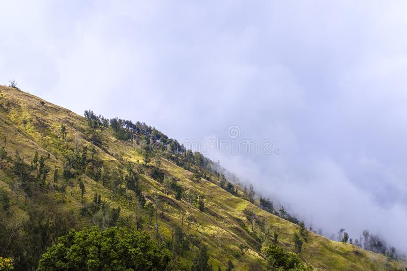 Bergskedja som täckas i moln royaltyfria bilder