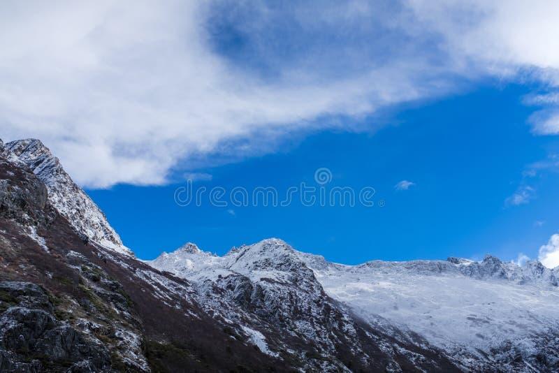 bergskedja som täckas med snö royaltyfri fotografi